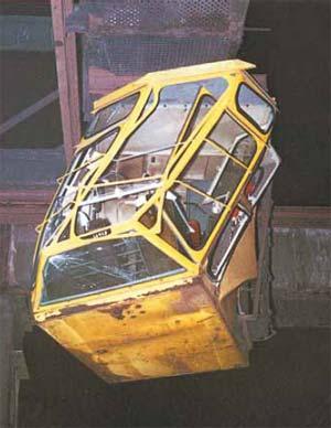 Bild 4-7: Bei der Kranfahrt stieß die Unterkante des Führerhauses an zu hoch gelagertes Material