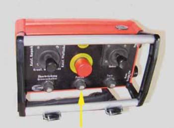Bild 4-10: Zum Prüfen des Hubnotendschalters muss der Betriebsendschalter – falls vorhanden – überbrückt werden können. Der entsprechende Schalter ist in der Steuertafel untergebracht