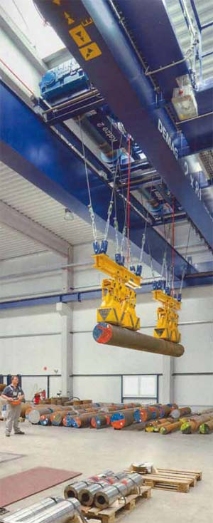 Bild 5-6: Der Kranführer steuert den Kran aus sicherer Entfernung zur Last, die nur durch Magnetkräfte gehalten wird
