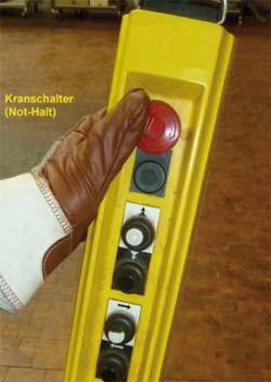 """Bild 7-3: Bei flurgesteuerten Kranen wird der Kranschalter durch Drücken des auch als """"Not-Halt- Schalter"""" bezeichneten roten Pilztasters betätigt"""