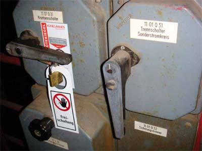 Bild 8-1: Der Krantrennschalter ist ausgeschaltet und durch ein Vorhängeschloss gegen das irrtümliche oder unbefugte Einschalten gesichert